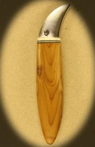Kniv 0028r Kniv med skæfte af taks træ + ben og smedet klinge. Totallængde ++ mm. kr. 495.- incl. moms