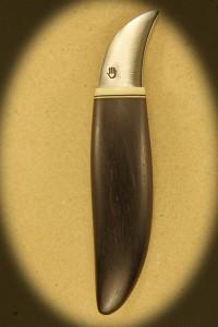 Kniv 0037r Kniv med skæfte af hård træ + ben og smedet klinge. Totallængde ++ mm. kr. 495.- incl. moms