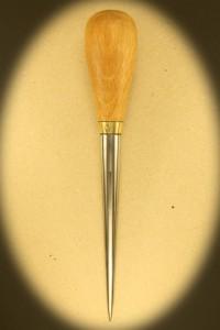 Syl 0081. Med skæfte af lys bøg. Længde 24 cm. Rustfri klinge på 15 cm. Dia 16 mm. Kr. 360.- incl moms