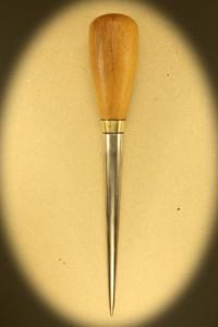 Syl 0085. Med skæfte af lyst hårdtræ. Længde 24 cm. Rustfri klinge på 15 cm. Dia 16 mm. Kr. 360.- incl moms