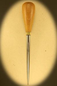 Syl 102 Med skæfte af lyst hårdtræ. Længde 23 cm. Rustfri klinge på 15 cm. Dia 12 mm. Kr. 330.- incl moms