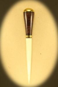 Syl 0122 med skæfte af læder og klinge af krondyr. Dia. ca. Kr. 495.- incl. moms